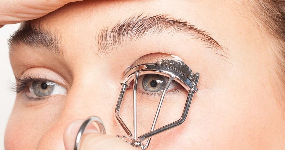 """Zalotka do rzęs – czy """"podkręcać"""" make-up i jak to zrobić?"""